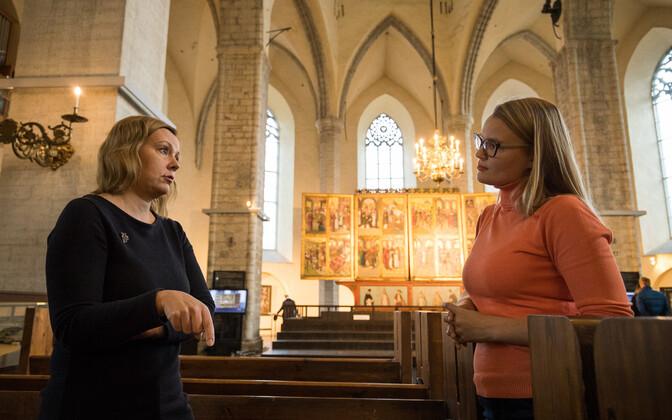 Merike Kurisoo (vasakul) räägib luterluse mõjust kirikukunstile