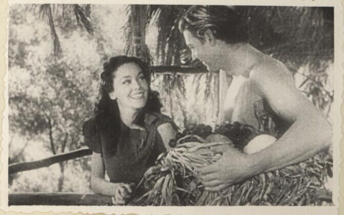 Tarzan ja Jane filmi foto Maria Peebu (snd 1938) 1953-1957 Viljandi kultuurikoolis peetud filminäitlejate albumist.