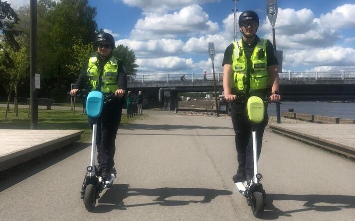 Патрульные полицейские Пярнуского отделения полиции Верооника Пийрикуус и Роберт Тийслер.