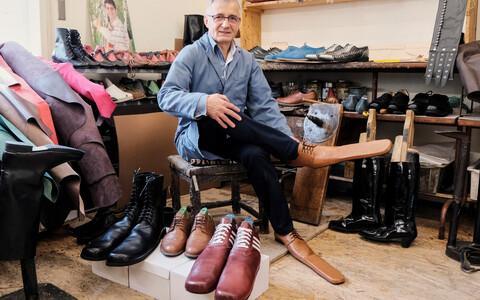 Сапожник из Румынии придумал обувь, позволяющую сохранять дистанцию.