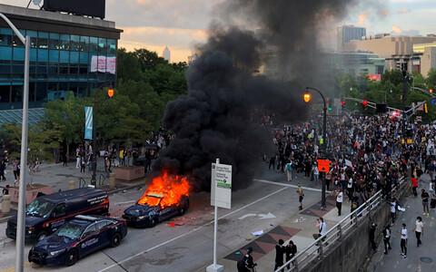 В Атланте разъяренные демонстранты атаковали штаб-квартиру телекомпании CNN.