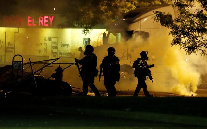 Politsei patrullimas Minneapolise rahutusi.