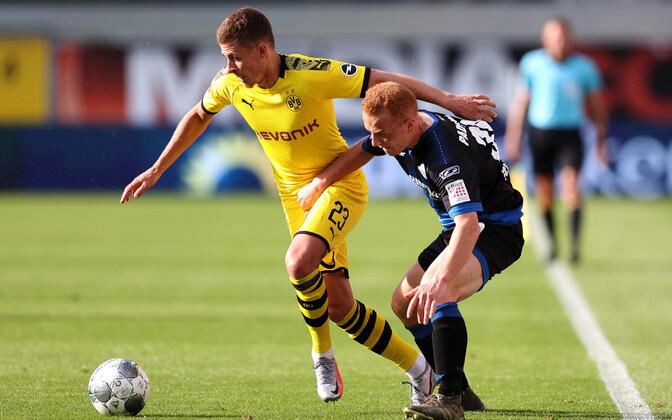Thorgan Hazard (vasakul) lõi 54. mänguminutil Dortmundi Borussia avavärava