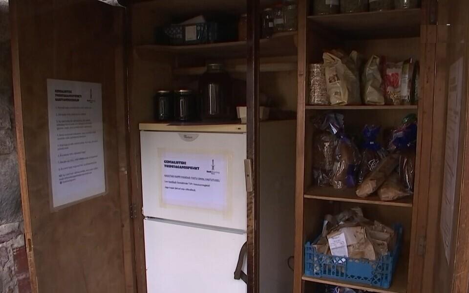 Оснащённый холодильником пункт раздачи продуктов питания в Тарту.