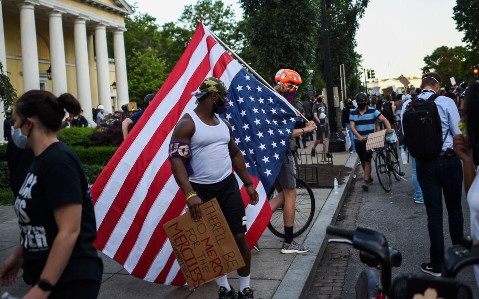 Демонстранты на Лафайет-сквер неподалеку от Белого дома.
