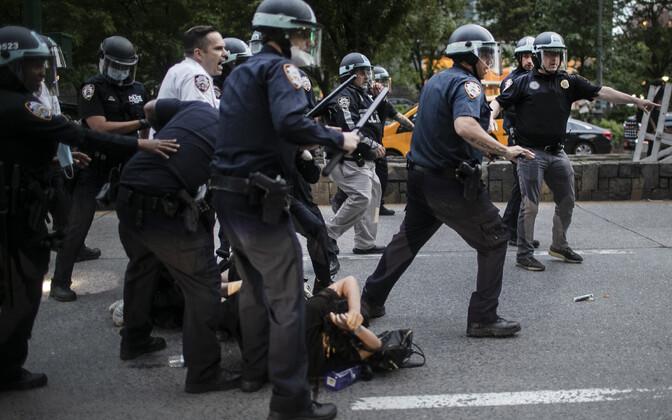 New Yorgi politsei protestijat kinni pidamas.