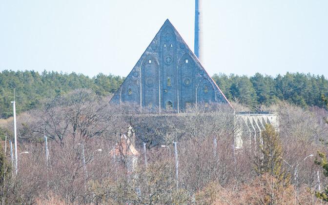 Установка временной крыши на монастыре на время фестиваля Биргитты – весьма дорогое удовольствие.