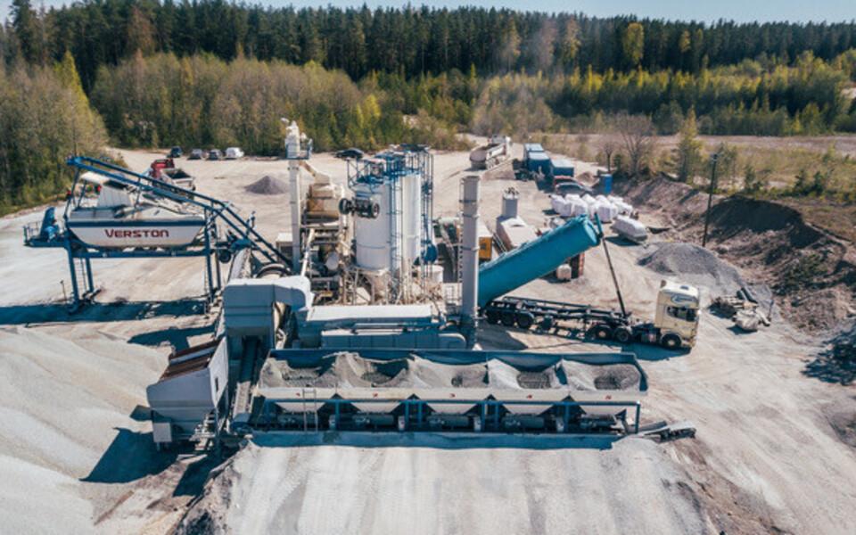 Неподалеку от строящегося участка шоссе Таллинн-Тарту временно размещен мобильный асфальтовый завод Verston.