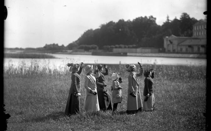 """12. juunist saab Tartu Kunstimuuseumis külastada näitust """"Hõbetüdrukud. Fotograafia retušeeritud ajalugu"""""""
