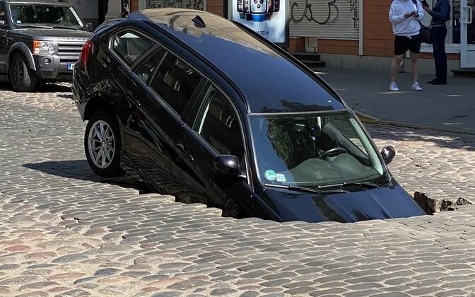 Автомобиль BMW провалился в яму.