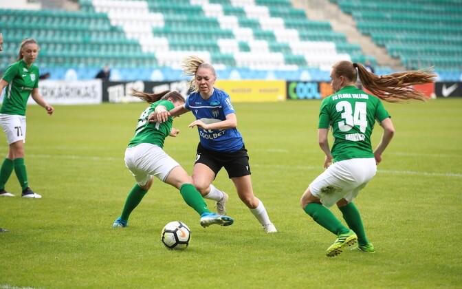 Tallinna FC Flora ja JK Tallinna Kalev mängimas omavahel jalgpalli naiste superkarika finaalis