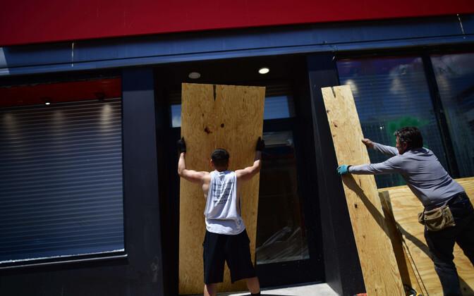 Philadelphia poodide töötajad oma äride aknaid kaitsmas.