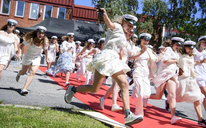 Rootsi keskkoolilõpetajad said koroonakriisi-aegse koduõppe järel siiski aktusteks uuesti kokku.