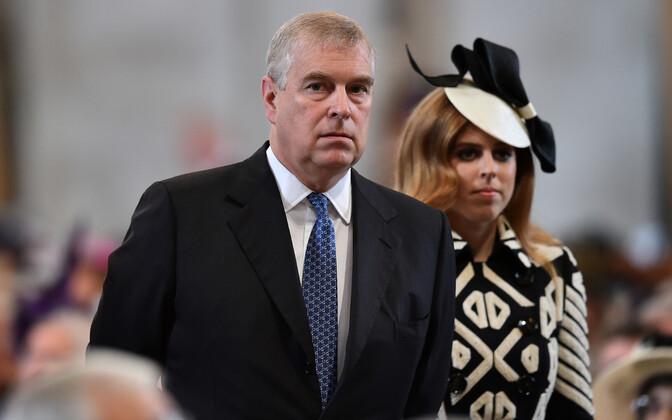 Prints Andrew koos oma tütre printsess Beatrice'iga kuninganna Elizabethi 90. sünnipäeva jumalateenistusel St Pauli katedraalis Londonis.