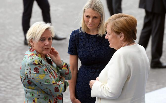 Taani kaitseminister Trine Bramsen (keskel) koos oma Hollandi kolleegi Ank Bijleveldi (vasakul) ja Saksa kantlseri Angela Merkeliga.