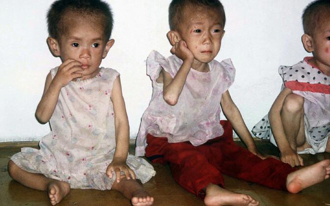 Nälgivad lapsed 1997. aastal Põhja-Koreas tehtud fotol.