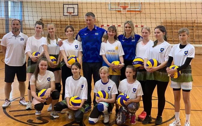 Iisaku võrkpallitüdrukud, Andrei Ojamets, Julija Mõnnakmäe ja Jaanus Liivak.
