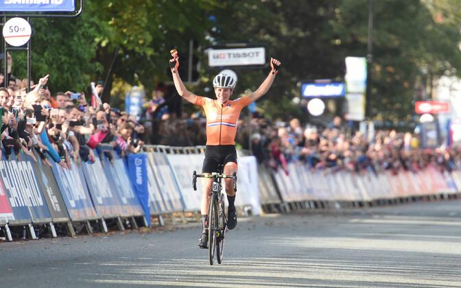 Annemiek van Vleuten võitmas grupisõidu MM-kulda
