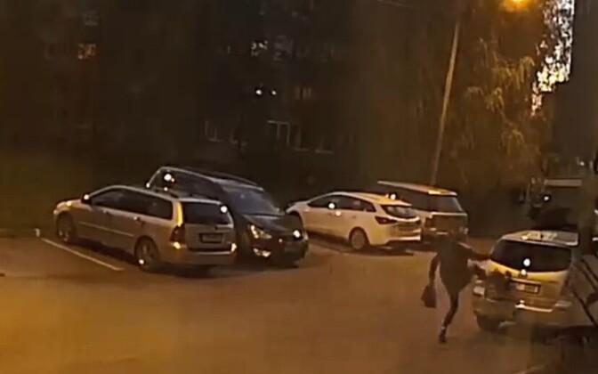 Девушка несколько раз ударила ногой автомобиль.