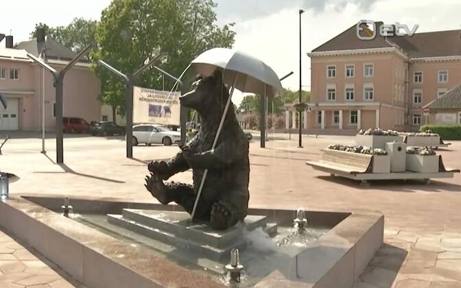 На центральной площади Отепя установили статую медведя.