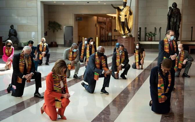 Nancy Pelosi koos teiste demokraatidest kongressi liikmetega George Floydi mälestuseks põlvitamas.