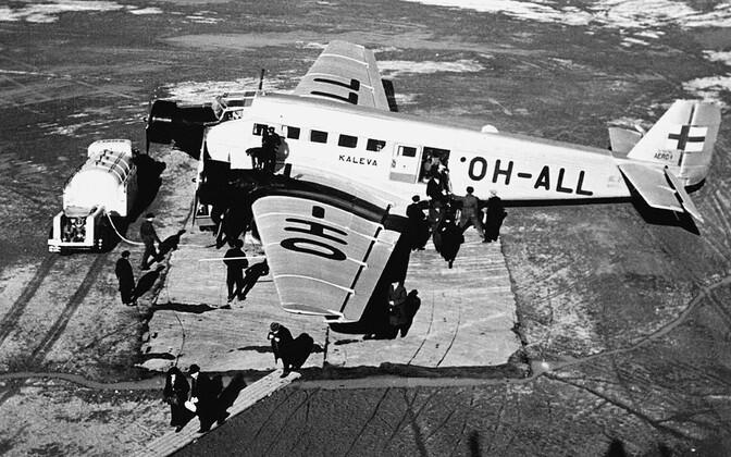 Junkers-52 tüüpi reisilennuk Kaleva Helsingist põhja pool asuval Malmi lennuväljal tankimas.
