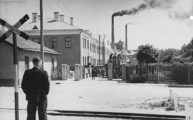 June 17, 1940. Estonian military equipment is moved to make room for Soviet troops: preparations for moving Estonian war machinery in the area behind the current Tallinn Bus Station.