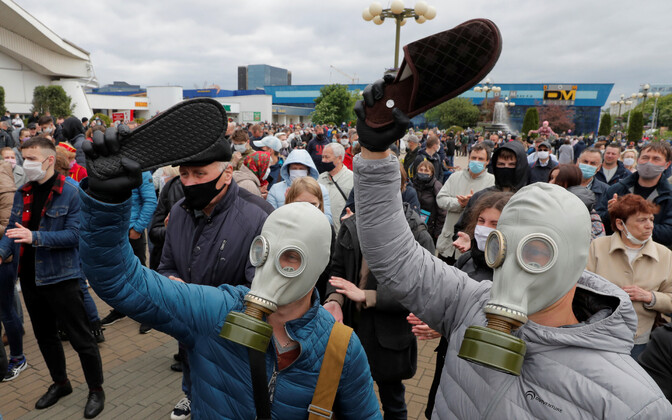 Valgevene presidendi-vastased meeleavaldajad susse lehvitamas.