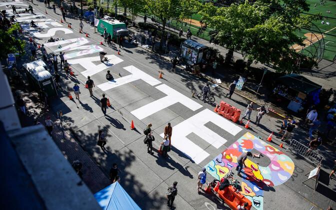 Seattle meeleavaldajad kirjutasid oma hõivatud tänavale rassirahutuste loosungi Black Lives Matter.