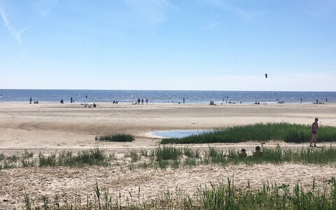Inimesed Pärnu rannas.