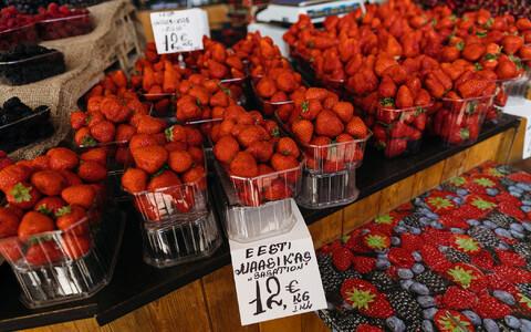 Balti Jaama turul läksid ühes letis Eesti maasikad sujuvalt üle Poola maasikateks, ainus vahe kilohinnas. Maasikate välimusel võhiku silm vahet ei teinud.