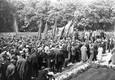 """Kadrioru lossi esine park oli tulvil demonstrante, kes kandsid loosungeid """"Nõuame valitsust, kes ausalt täidab Nõukogude Liiduga sõlmitud pakti!"""", """"Maha sõjaprovokaatorite valitsus!"""" jms."""