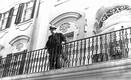 President Konstantin Päts vaatab Kadrioru lossi rõdult käratsevaid demonstrante. Vahetult on kõlanud kolmekordne hurraa seltsimees Stalinile. 21. juuni 1940, umbes kell 13.15.