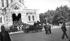 Umbes kella 6 paiku õhtul jõudsid demonstrandid taas Toompeale. Pildil seavad punaväelased enne rongkäigu kohalejõudmist tehnikat üles.