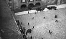 21. juuni 1940, õhtu: vaade Pika Hermanni tornist Toompea lossi õuele, kus moodustatakse linna objektidele saatmiseks ette töölissalkasid ja jagatakse neile relvi. Sõjaväestatud asutuste ülevõtmise järel linnas veeti õhtu läbi Toompeale juurde laskemoona.