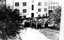 Rühm Nõukogude-meelseid Tallinnas Raua tänava koolimaja kui Sidepataljoni uue ajutise kodu lähistel. Foto tegi koolimaja aknast üks sidepataljoni võitlejaist Endel Kirs. 21. juuni 1940.