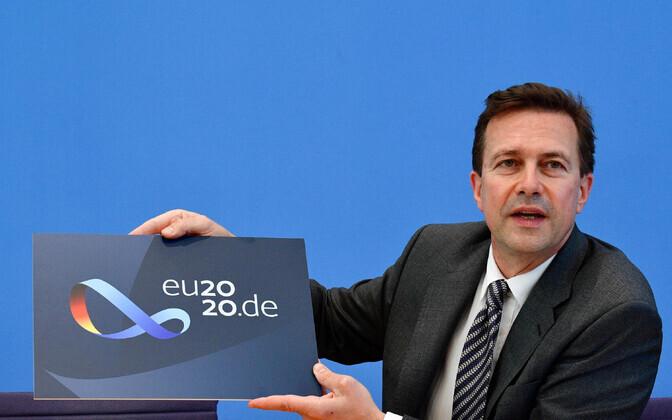 Saksa valitsuse pressiesindaja Steffen Seibert tutvustamas Saksamaa EL-eesistumise logo.
