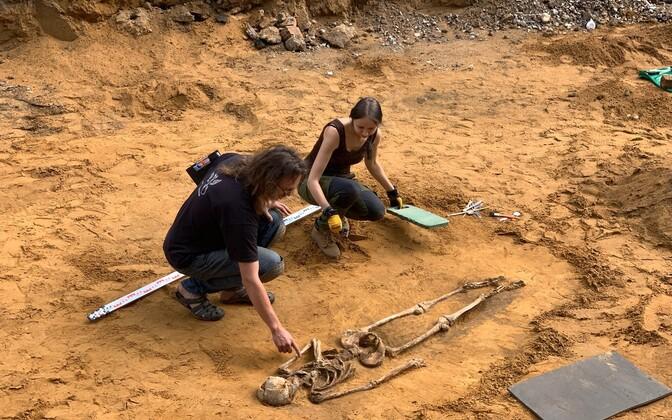 Excavation of skeletons in Sillamäe