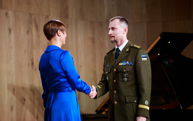 President Kersti Kaljulaid presenting Estonian state awards to then-Colonel, now Brigadier General (Brigaadikindral) Enno Mõts shortly before independence day earlier this year.