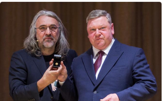 В 2018 году ЭФС наградил Георгия Рябова золотым знаком. Почетную награду получил племянник футболиста (на фото справа).