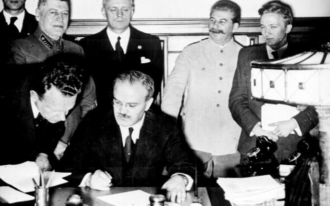 Подписание пакта Молотова-Риббентропа в Москве в 1939 году.