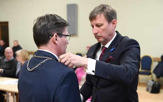 Eduard East sai volikogu esimehena 11. aprillil 2019. aastal panna vallavanemaks valitud Max Kaurile kaela auraha. Aasta ja kaks kuud hiljem on kaks umbusaldamist üle elanud Kaur endiselt vallavanem, kuid East enam volikogu esimehena ei jätka.