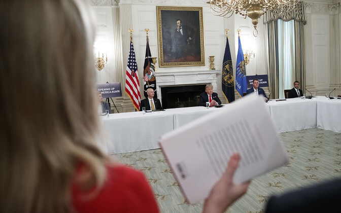 CBS-i Valge Maja korrespondent Paula Reid hoidmas käes Boltoni raamatut.