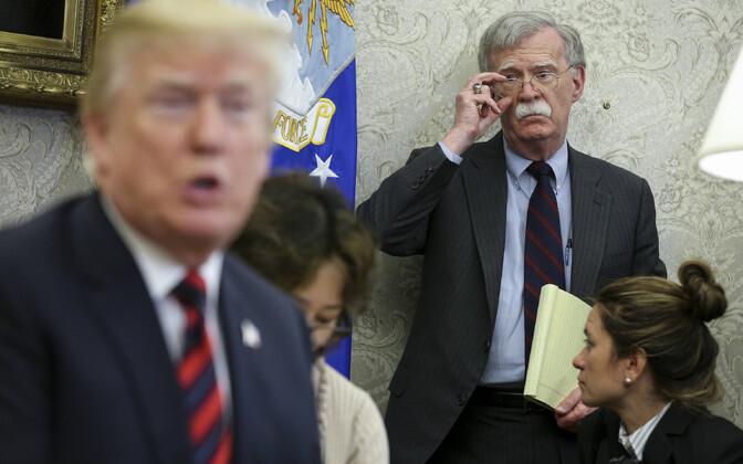 John Boloton (taamal) jälgimas president Donald Trumpi esinemist.