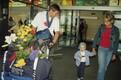 Kümnevõistleja Erki Nool saabumas kergejõustiku maailmameistrivõistlustelt Edmontonis, koos temaga on poeg ning elukaaslane Kadri Kivine.