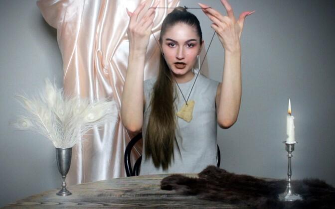 """Darja Popolitova. Ekraanitõmmis videotööst """"Kuidas saada üksindusest lahti""""."""