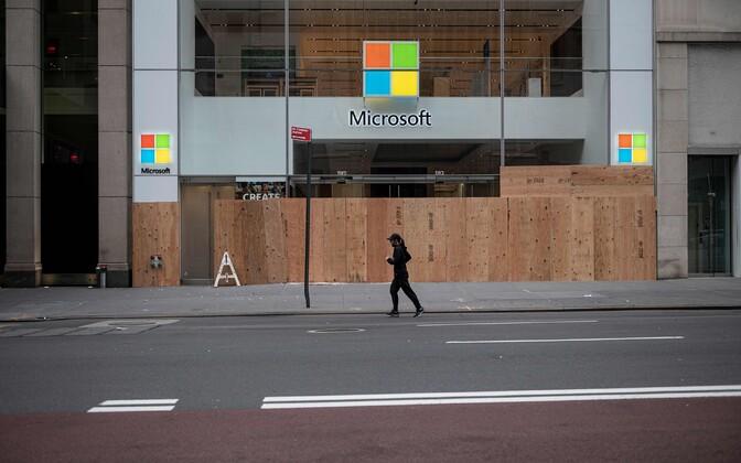 Protestide tõttu laudadega kinni löödud Microsofti kauplus New Yorgis.