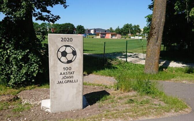 Памятник 100-летию футбола в Йыхви.