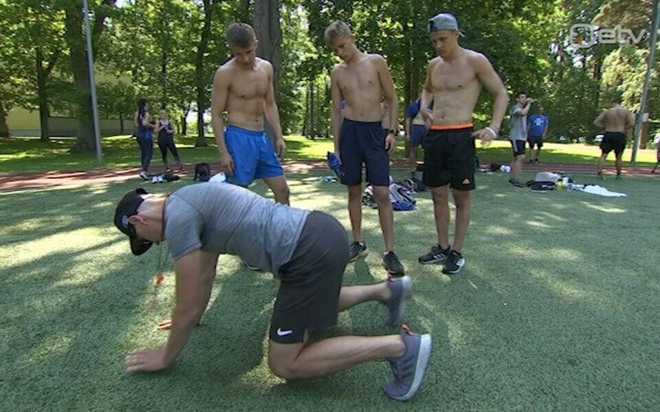 Martin Kumm näitab hokimeestele harjutust ette