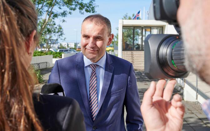 Islandi president Gudni Johannesson valimisjaoskonnas.